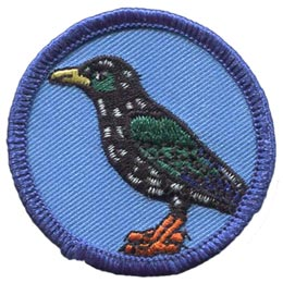 This round patch displays a white speckled, black bird with green colour on its wings and cheeks.